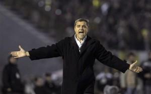 Diego Aguirre, técnico del Peñarol, reclama durante la ida de la final de la Copa Libertadores, contra Santos de Brasil, disputada el miércoles 15 de junio del 2011 en Montevideo (AP Foto/Matilde Campodonico)