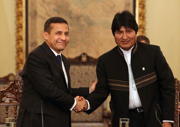 """LPZ27. LA PAZ (BOLIVIA), 21/06/2011.- El presidente electo de Perú, Ollanta Humala (i), saluda al gobernante de Bolivia, Evo Morales (d), después de una rueda de prensa ofrecida hoy, martes 21 de junio de 2011, en el palacio presidencial de La Paz (Bolivia). Humala elogió al mandatario boliviano por su """"identificación sobre todo con los más pobres"""", y destacó que es """"fundamental"""" que ambas naciones mantengan las mejores relaciones para su integración económica y cultural. EFE/Martin Alipaz"""
