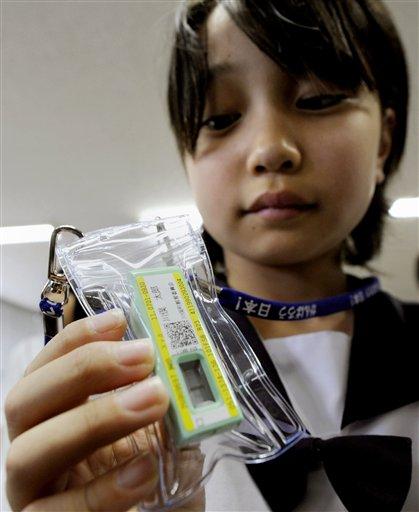 En esta fotografía del 21 de junio del 2011 se observa a una estudiante que lleva consigo un medidor de radiación que fue donado por una universidad local en la población de Kawamata, en la prfectura de Fukushima, al norteste de Japón. Las autoridades japonesas repartirán en septiembre medidore de radiación, conocidos como dosímetros, a 34.000 niños de entre cuatro y 15 años en la ciudad de Fukushima, cercana a la planta nuclear dañada. (Foto AP/Kyodo News)