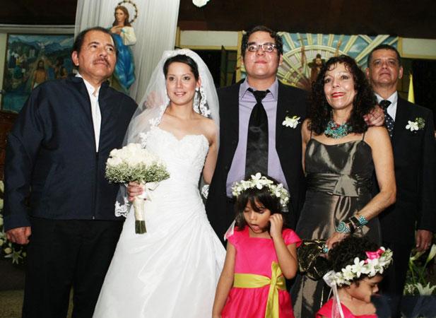 Ortega y su mujer, Rosario Murillo, en la boda de su hijo, en junio de 2011.