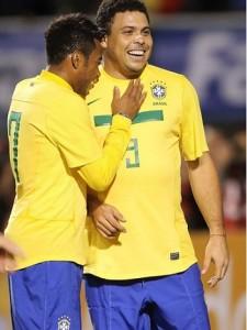 El 'Fenómeno' despidiéndose junto a Neymar, quien dicen será el sucesor.