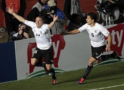 Diego Pérez celebra el 0x1 a favor de Uruguay.