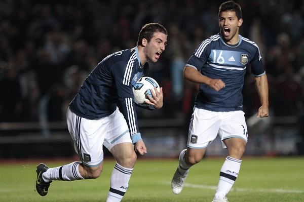 Gonzalo Higuaín celebra el 1x1 gracias a la asistencia de Lionel Messi.