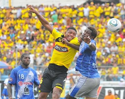 Luis Caicedo pelea la pelota en el primer gol.