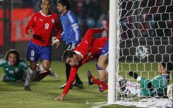 Esteban Paredes anota el primer gol chileno.