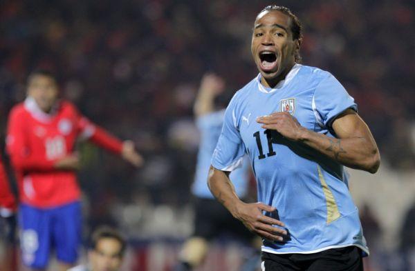Álvaro Pereira celebra el 1x0 que le daba la ventaja transitoriamente a Uruguay.