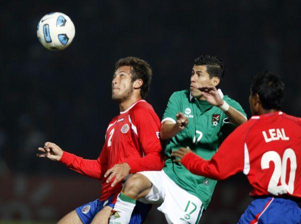 Francisco Calvo (izq) de Costa Rica pelea el balón Juan Carlos Arce de Bolivia.