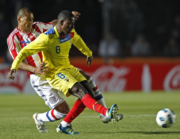 El jugador de Ecuador, Edison Méndez, al frente, patea el balón frente al paraguay Paulo Da Silva