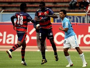 Isaac Mina celebra el 1x0 con Fidel Martínez.
