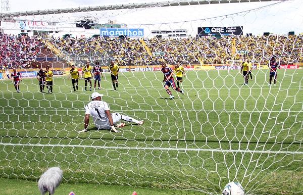 Matías Alustiza anota de penal el único gol del partido.