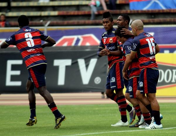 """Un grupo de jugadores """"Chullas"""" abrazan a Jayro Campos en el segundo gol."""