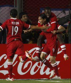 Paolo Guerrero celebra el 1x0 a favor d Perú.
