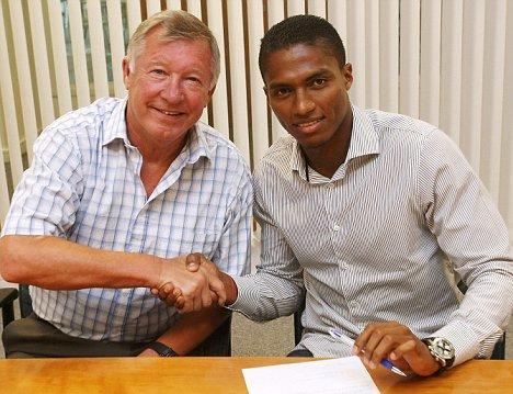 Manchester United Sign Luis Antonio Valencia