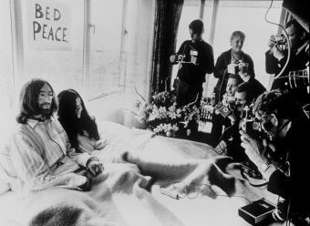 John_Lennon_Yoko_Ono_cama