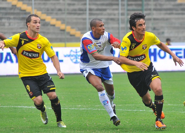 Pablo Palacios (der.) se reencontró con el gol, Iván Borghello (izq.) sigue sin anotar.