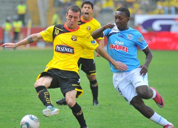 Damián Díaz fue presa de las faltas sistemáticas del Manta FC, pero tuvo tiempo para mostrar su buen fútbol.