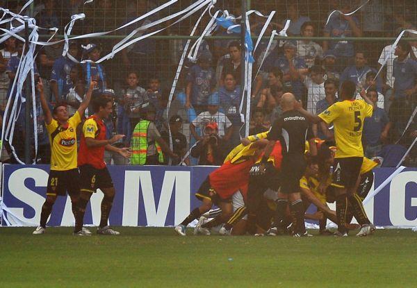 Los jugadores de Barcelona celebran el gol de Luis Caicedo luego de un remate de chilena de Damián Díaz.