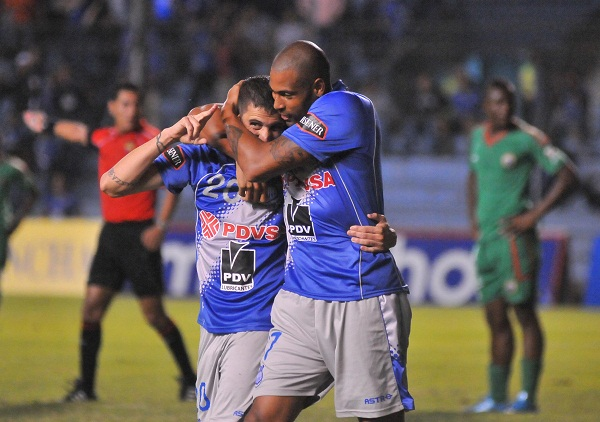 Nicolás Vigneri y José María Franco celebran el primer gol. Ambos anotaron en la goleada.