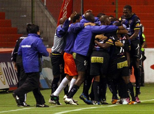 Los jugadores de Independiente celebran el 0x1 anotado por Narciso Mina.