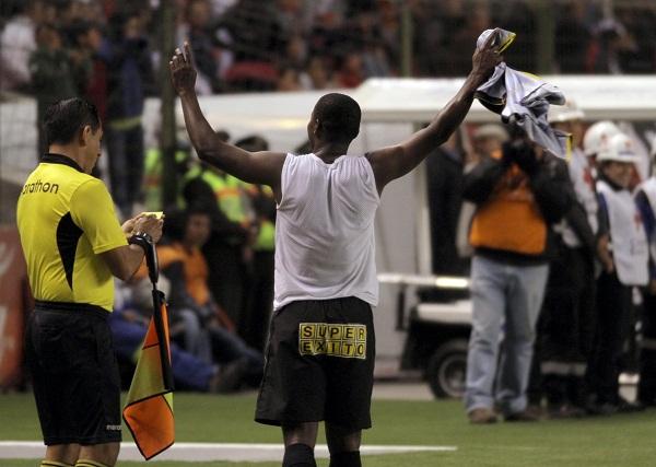 Al final del partido Narciso Mina levanta los brazos en señal de victoria. Con sus 2 goles sumó 14 en el torneo.