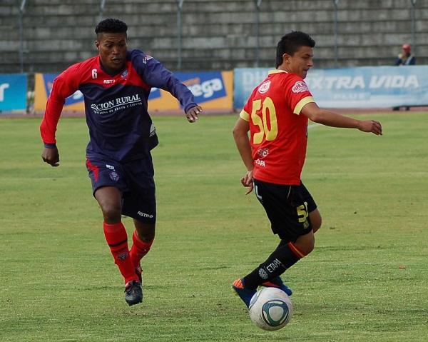 Andrés López (der.) del Deportivo Cuenca fue uno de los jugadores más destacados del partido.