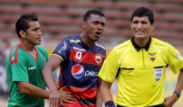 Nicolás Asencio, que debutó en Espoli, controla a un exsaltado Oswaldo Minda del Dep. Quito.