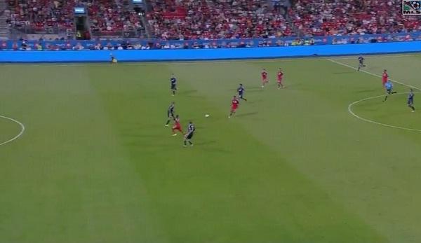 Joao Plata parte habilitado en el gol anulado que pudo haber sido el 2x0 definitivo.