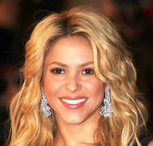 La cantante colombiana Shakira llega a la entrega de los premios NRJ Music en Cannes, Francia, en una fotografía de archivo del 22 de enero de 2011. Shakira será reconocida como la Persona Del Año 2011 de la Academia Latina de la Grabación el 9 de noviembre en Las Vegas, anunció  la organización el lunes 26 de septiembre de 2011. (Foto AP/Lionel Cironneau, archivo)