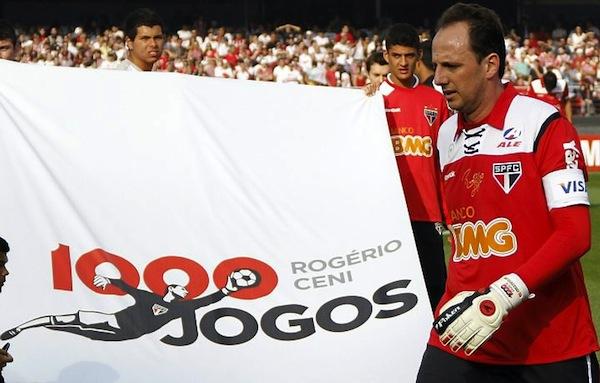 Foto de archivo. Rogério Ceni es festejado por su club y sus compañeros el día que cumplió su partido número mil con ese equipo. EFE.