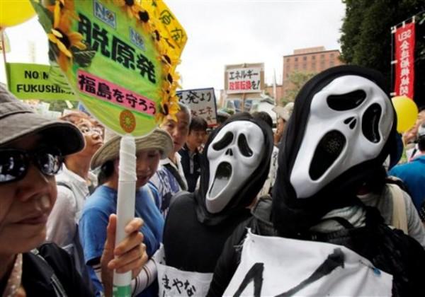 Manifestantes disfrazados participan en una protesta antinuclear en Tokio, Japón, el lunes 19 de septiembre del 2011. (Foto AP/Koji Sasahara)