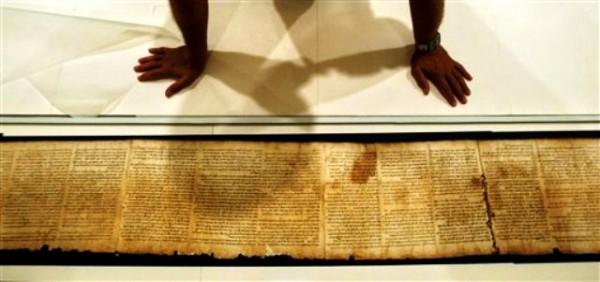 El doctor Adolfo Roitman presenta una parte del manuscrito de Isaías, uno de los manuscritos del Mar Muerto, dentro de la bóveda en el Museo Nacional de Israel, en Jerusalén el lunes 26 de spetiembre de 2011. (Foto AP/Sebastian Scheiner)