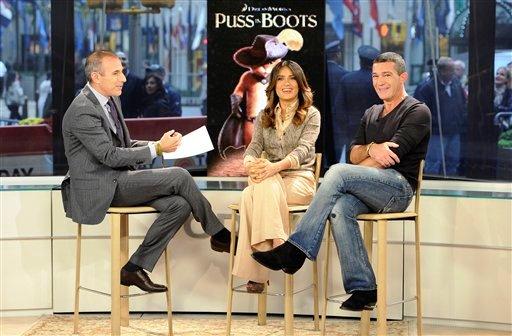 """El conductor Matt Lauer (izquierda), durante una entrevista con Salma Hayek y Antonio Banderas (derecha) para el programa """"Today"""" el miércoles 26 de octubre de 2011, en Nueva York, en esta imagen difundida por la cadena NBC. Hayek y Banderas se encuentran promoviendo el filme """"Puss in Boots"""". (Foto AP/NBC, Peter Kramer)"""