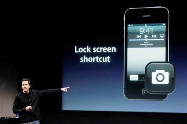 ARCHIVO - En esta foto del 4 de octubre del 2011, Scott Forsall, de Apple, habla asobre la cámara en el iPhone 4S durante un anuncio en la sede de la compañía en Cupertino, California. Apple Inc., anunció el lunes, 10 de octubre del 2011, que los pedidos adelantados de su iPhone 4S superaron un millón en un solo día. (Foto AP/Paul Sakuma)