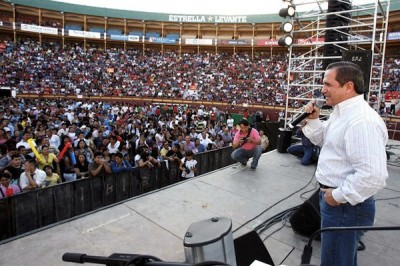 El Canciller Patiño, hablando ante los migrantes en España.