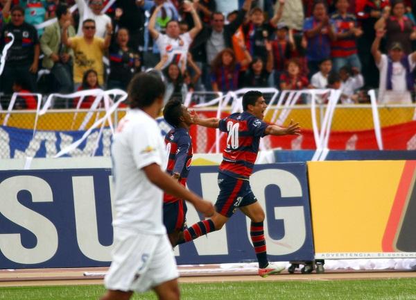 Luis Checa, del Deportivo Quito, celebra el primer gol del partido.