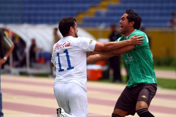 Una genialidad con pelota quieta de Ezequiel González le dio el empate a Liga de Quito.