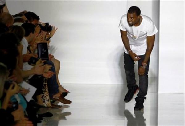 """El """"rapero"""" Kanye West agradece los aplausos al final de un desfile de moda que presentó sus diseños de primavera-veramo 2012, el sábado 1 de octubre del 2011, en París  (AP Foto/Francois Mori)"""