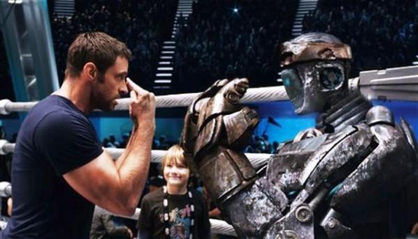 """Esta imagen suministrada por Disney/DreamWorks II muestra a Hugh Jackman, izquierda, y a Dakota Goyo en una escena de """"Real Steel"""". La película se desarrolla en un futuro cercano cuando los combatientes robóticos han sustituido a los humanos sobre el ring. La cinta debutó como número uno en las taquillas de Norteamérica, con una recaudación de 27,3 millones de dólares. (Foto AP/Disney/DreamWorks II/Archivo)"""