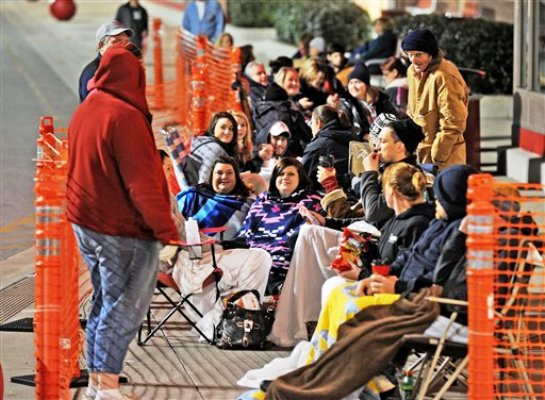 Varios compradores esperan la apertura de una tienda Target en Decatur, Alabama, el jueves 24 de noviembre del 2011  (AP Foto/The Decatur Daily, Jeronimo Nisa).