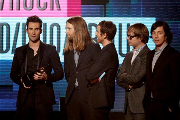 Maroon 5 recibe el premio a la banda favorita de pop/rock en la 39a entrega anual de los American Music Awards el domingo 20 de noviembre de 2011 en Los Angeles. (Foto AP/Matt Sayles)