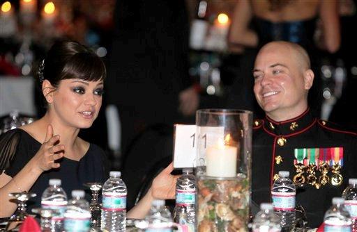 La actriz Mila Kunis y el sargento Scott Moore conversan durante el Baile de la Armada en Greenville, Carolina del Noirte, el viernes, 18 de noviembre del 2011.  Kunis fue la invitada de Moore al baile anual. (Foto AP/Marine Corps., Cpl. Johnny Merkley)