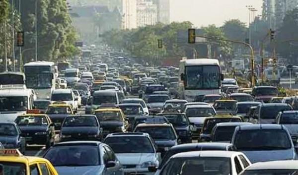 Calle con tráfico automovilístico. Foto de Archivo, La República.