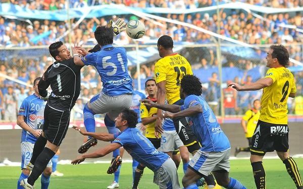 Wilmer Zumba sale mal a cortar un balón y Vinicio Angulo aprovecha para anotar de cabeza el primer gol.