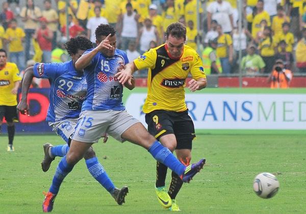 Iván Borghello no anotó pero jugó un buen partido, mantuvo a tope a la defensa azul.