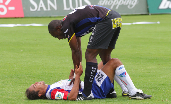 José Luis Cortés (Independiente) consuela a Edwin Tenorio. El Imbbabura está cerca del descenso.