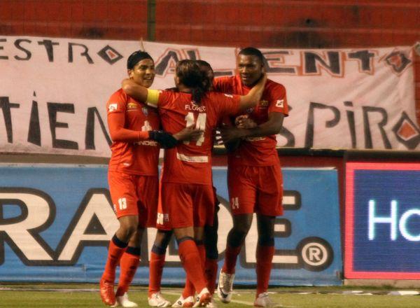Los jugadores de El Nacional celebran el gol que les había dado la ventaja.