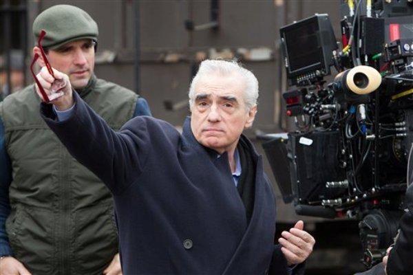 """En esta imagen difundida por Paramount Pictures, el director Martin Scorsese trabaja en el plató de su filme """"Hugo"""", que se estrena el miércoles 23 de noviembre del 2011. (AP Foto/Paramount Pictures, Jaap Buitendijk)"""