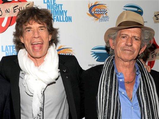 """En esta fotografía de archivo tomada el 11 de mayo de 2010, se ven los músicos Mick Jagger, izquierda, y Keith Richards de The Rolling Stones en una presentación especial del documental """"Stones In Exile"""" en el Museo de Arte Moderno de la ciudad de Nueva York. Una nueva versión de lujo del disco de The Rolling Stones de 1978 """"Some Girls"""", será lanzada el martes 22 de noviembre de 2011. (Foto AP/Evan Agostini, Archivo)"""