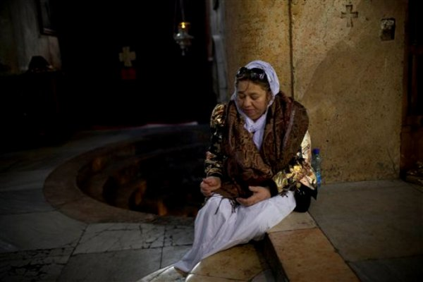 Una peregrina cristiana ora el sábado 24 de diciembre de 2011 dentro de la Iglesia de la Natividad que muchos creen es el lugar donde nació Jesucristo, en la localidad cisjordana de Belén. (AP foto/Bernat Armangue)