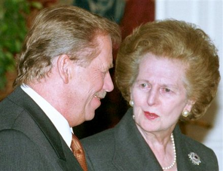 La ex primera ministra Margaret Thatcher y el fallecido presidente checo Vaclav Havel en una reunión en el Castillo de Praga en una fotografía de archivo del 16 de noviembre de 1999. Con su peinado, sus bolsos y arrogancia Thatcher dominó y dividió a Gran Bretaña por una década, ahora, la película sobre la ex primera ministra protagonizada por Meryl Streep está repitiendo todo. (Foto AP/Stanislav Peska/CTK)
